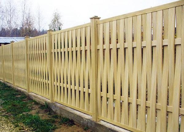 деревянный плетеный забор фото