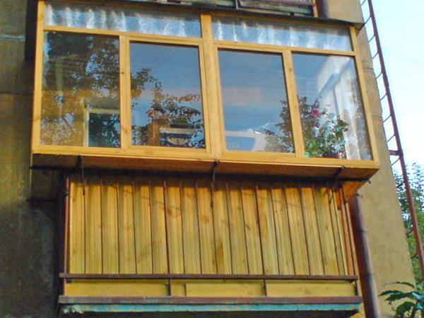 остекление балконов с выносом деревянными рамами фото