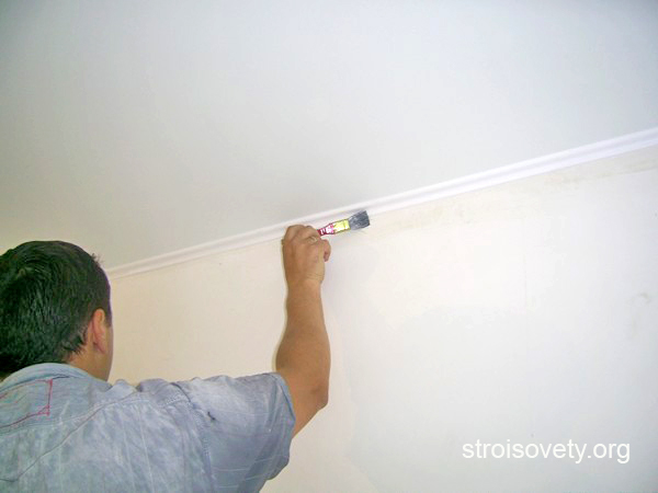 как покрасить потолочный плинтус фото
