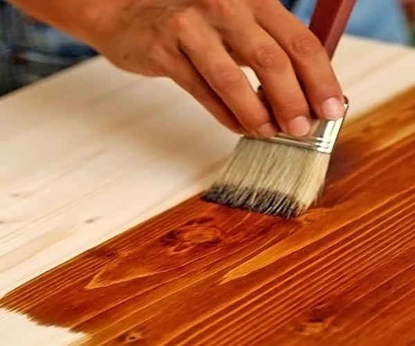 нанесение морилки на древесину