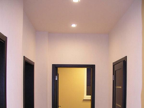 одноуровневый потолок в коридоре фото