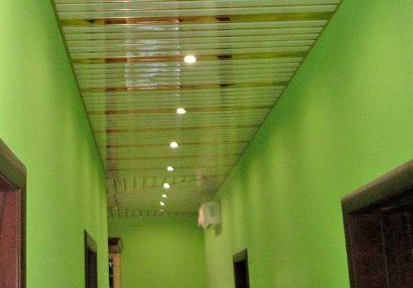 реечный подвесной потолок в коридоре фото