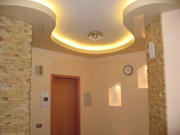 комбинированный потолок в коридоре фото