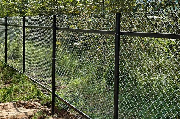 забор из рабицы своими руками фото