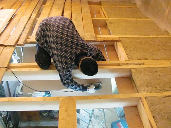шумоизоляция потолка в деревянном доме фото