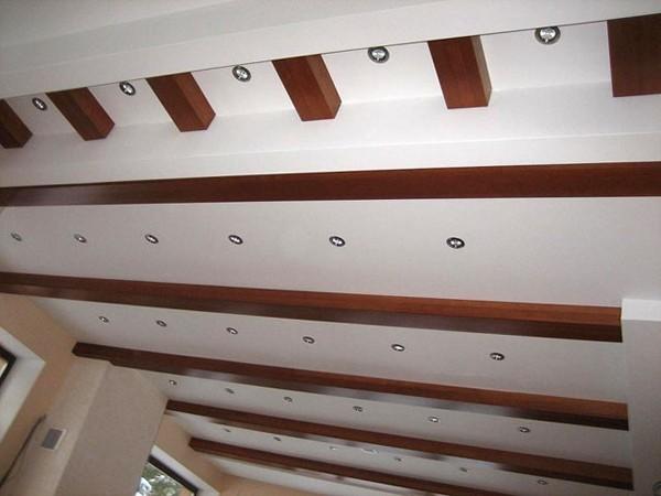 декор потолка балками фото