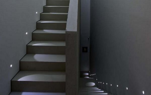 встроенные светильники в стену для подсветки лестницы фото