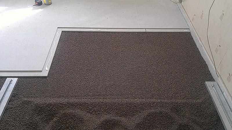 укладка кафельной плитки на деревянный пол фото