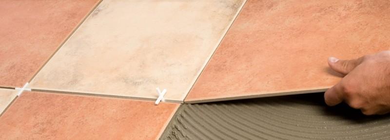 укладка керамической плитки на деревянный пол фото