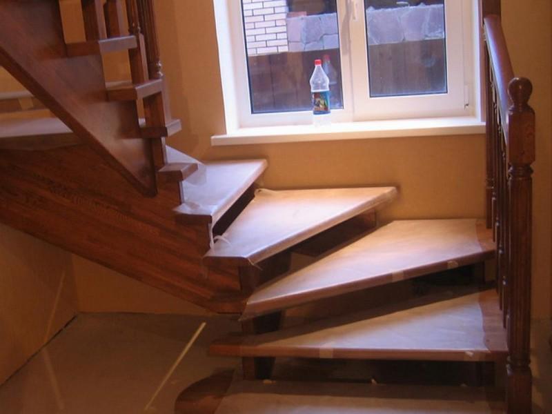г образная лестница с забежными ступенями фото