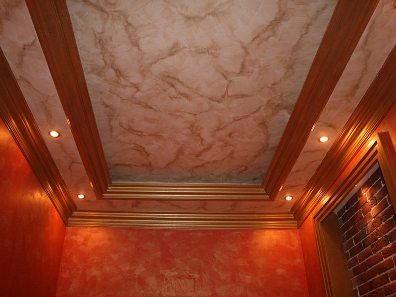 потолок с декоративной штукатуркой фото