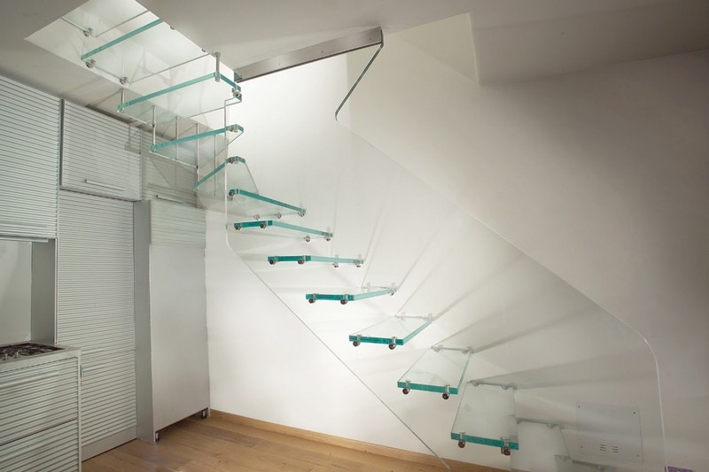 лестница со стеклянными перилами фото