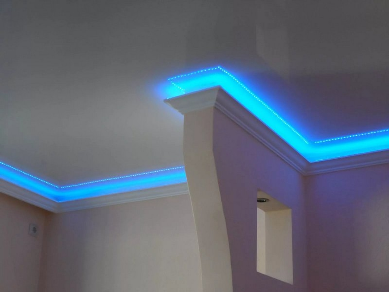 светодиодный потолочный плинтус фото
